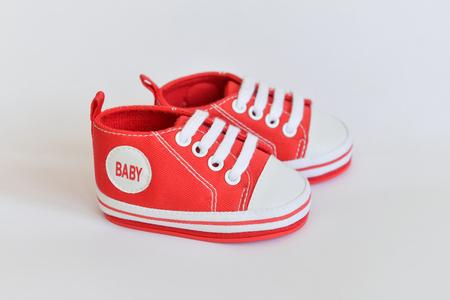 Chaussures de bébé pour nouveau-nés sur fond isolé Banque d'images - 78855155