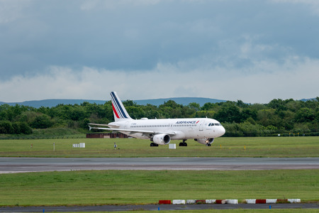 MANCHESTER UK, 30 MAY 2019: Airfrance Airbus A320 flight AF1068 from Paris lands on Runway 28R at Manchester Airport. Redactioneel