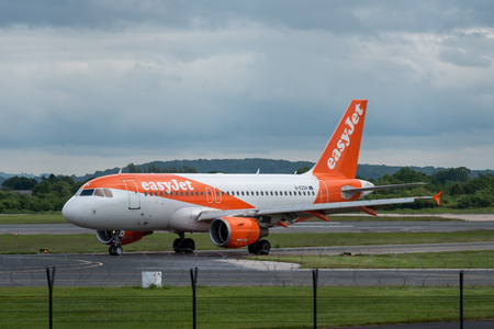 MANCHESTER UK, 30 MAY 2019: Easyjet Airbus A320 flight U21950 from Geneva turns off Runway 28R at Manchester Airport after landing. Redactioneel