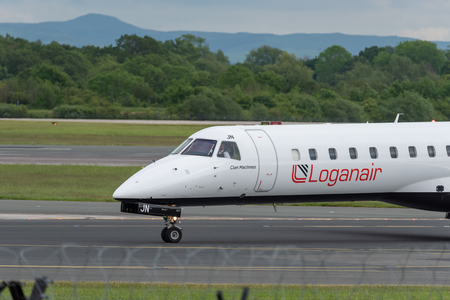 MANCHESTER UK, 30 MAY 2019: Loganair Embraer ERJ-145EP flight LM595 from Inverness turns off Runway 28R at Manchester Airport after landing. Redactioneel
