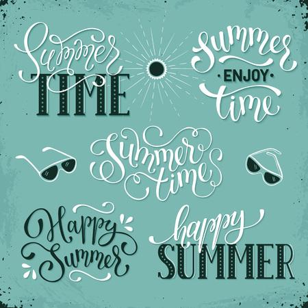 快乐的夏天刻字设计。享受夏季贺卡模板。在减速火箭的背景的夏时措辞汇集。