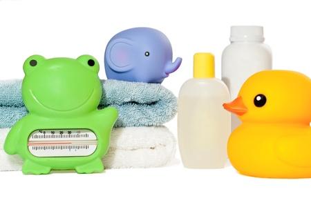productos naturales: Accesorios de ba�o para beb�s aislados: toallas, juguetes, term�metro y botellas con copia espacio