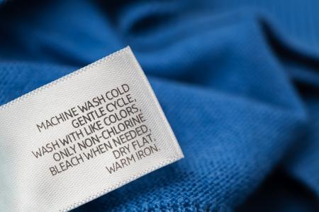 tissu blanc: Marque de v�tements avec des instructions de soin du linge Banque d'images