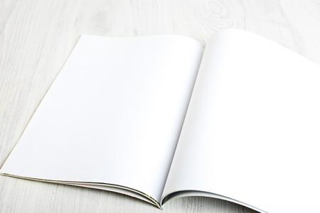 Open tijdschrift met lege pagina's