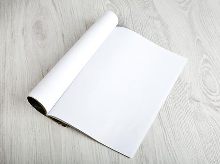 Öffnen Sie Zeitschrift mit leeren Seiten Standard-Bild