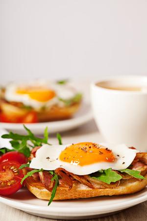 huevos estrellados: Huevo frito y bacon comida desayuno emparedado