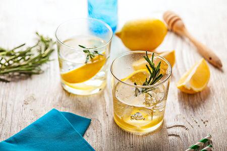 vaso de agua: Romero limonada verano c�ctel fr�o bebida