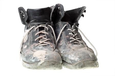 zapatos de seguridad: Botas, aislados en blanco de trabajo de edad Worn-out negro.  Foto de archivo