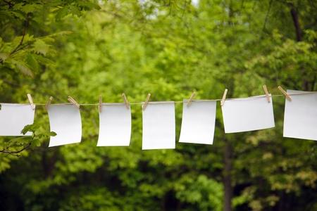 emploi du temps: feuille de papier blanc sur une corde en plein air