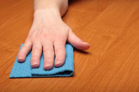 celulosa: A mano con una esponja de celulosa, tabla
