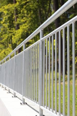 cerca blanca: baranda de valla de acero blanco al aire libre