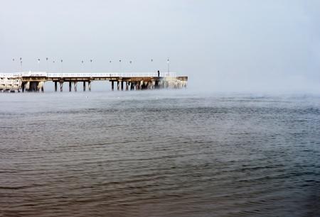hombre solitario: Muelle Frozen hombre solitario - Polonia Danzing - Gdansk