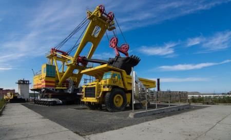 굴 삭 기 및 큰 트럭 벨라 에디토리얼