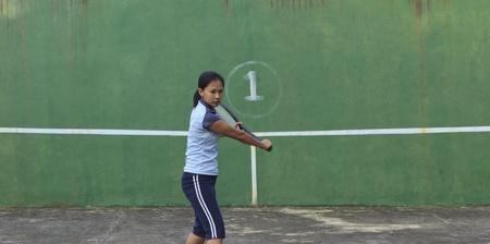 backhand: Jugador de tenis femenino est� preparando para golpear golpe de rev�s