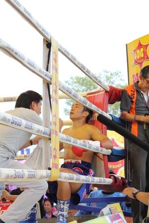 SURAT THANI, THAILAND – DECEMBER 14 : Shucheelhong break during fight boxing with Ratchasak Sitmoaseng on December 14, 2012 in Surat Thani, Thailand. Editorial