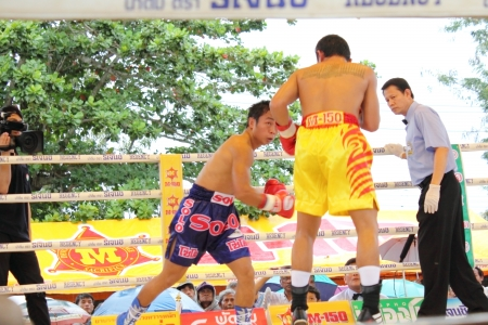 SURAT THANI, THAILAND � DECEMBER 14 : Ratchasak Sitmoaseng and Shucheelhong fight boxing on December 14, 2012 in Surat Thani, Thailand. Stock Photo - 16869564
