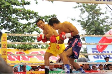 paba: SURAT THANI, THAILAND - DECEMBER 14 : Ratchasak Sitmoaseng and Shucheelhong fight boxing on December 14, 2012 in Surat Thani, Thailand.