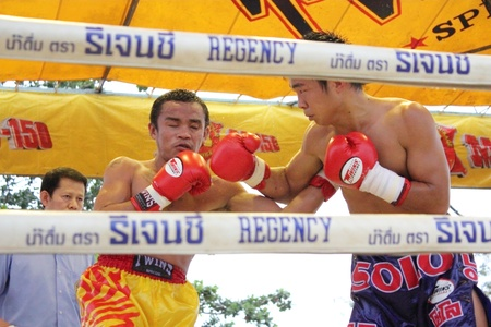 SURAT THANI, THAILAND - DECEMBER 14 : Ratchasak Sitmoaseng and Shucheelhong fight boxing on December 14, 2012 in Surat Thani, Thailand. Stock Photo - 16869569