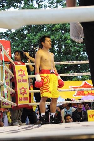 Surat Thani, Tailandia - 14 de diciembre: Decha Kokietgym esperar para pelear con boxig Chenyujie el 14 de diciembre de 2012 en Surat Thani, Tailandia.