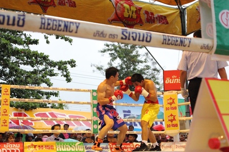 SURAT THANI, THAILAND - DECEMBER 14 : Decha Kokietgym and Chenyujie fight boxing on December 14, 2012 in Surat Thani, Thailand. Stock Photo - 16869577