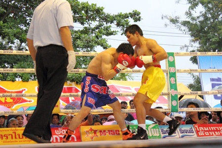 SURAT THANI, THAILAND - DECEMBER 14 : Decha Kokietgym and Chenyujie fight boxing on December 14, 2012 in Surat Thani, Thailand. Stock Photo - 16869581
