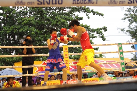 wba: SURAT THANI, THAILAND - DECEMBER 14 : Usanakorn Kokietgym WBC Super Flyweight Champion fight boxing with Leeyunting  on December 14, 2012 in Surat Thani, Thailand.