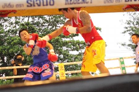 wba: SURAT THANI, THAILAND - DECEMBER 14 : Usanakorn Kokietgym WBC Super Flyweight Champion fight boxing with Leeyunting  on December 14, 2012 in Surat Thani, Thailand.