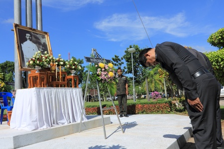 superintendent: SURAT THANI, THAILAND - AUGUST 7 : Superintendent of the Amphoe Motai Police Station lay wreath to the picture of Rapee Pattanasak on Rapee Day Prince Rapee Pattanasak, the father of Thailand on August 7, 2013 in Surat Thani, Thailand. Editorial