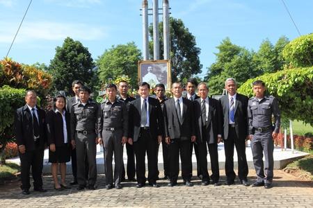 group picture: Surat Thani, Tailandia - el 7 de agosto: los jueces, fiscales, pol�ticas, middlemans y funcionarios del gobierno para tomar una foto de grupo despu�s de depositar coronas de la imagen de la Rapee Pattanasak en Rapee D�a Prince Rapee Pattanasak, el padre de Tailandia el 07 de agosto 2013 i