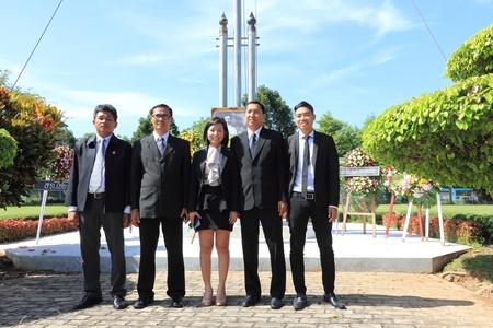 group picture: Surat Thani, Tailandia - el 7 de agosto: Abogados para tomar una foto de grupo despu�s de depositar coronas de la imagen de la Rapee Pattanasak en Rapee D�a Prince Rapee Pattanasak, el padre de Tailandia el 7 de agosto de 2013 en Surat Thani, Tailandia.