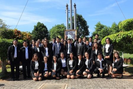 group picture: Surat Thani, Tailandia - el 7 de agosto: los jueces, conciliadores y funcionarios del gobierno de la corte provincial Chiya para tomar una foto de grupo despu�s de depositar coronas de la imagen de la Rapee Pattanasak en Rapee D�a Prince Rapee Pattanasak, el padre de Tailandia el 7 de agosto Editorial