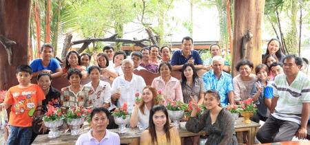 group picture: Krabi, Tailandia - el 16 de abril los tailandeses no identificados para tomar una foto de grupo despu�s de la nueva fiesta del agua a�o celebra Songkran, dando guirnaldas a sus superiores y pidi� bendiciones el 16 de abril de 2013 en Krabi, Tailandia
