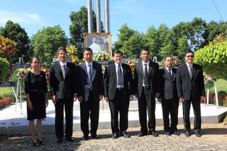 group picture: Surat Thani, Tailandia - el 07 de agosto los jueces de la corte provincial Chiya para tomar una foto de grupo despu�s de depositar coronas a la imagen de Rapee Pattanasak en Rapee D�a Prince Rapee Pattanasak, el padre de Tailandia el 7 de agosto de 2013 en Surat Thani, Tailandia