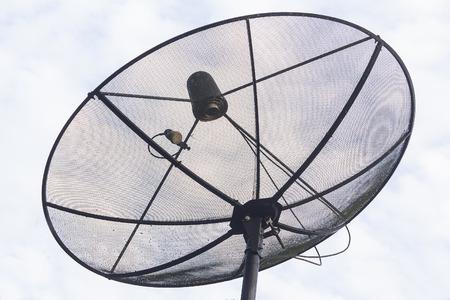 antena parabolica: Antena parab�lica grande contra el cielo azul