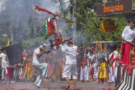 NAKHON SI THAMMARAT, THAILAND - OCTOBER 25: Taoist devotees participate in a street procession of the Nakhon Si Thammarat vegetarian festival on October 25, 2014 in Nakhon Si Thammarat province, Thailand. The festival was celebrated to make merit and save 新聞圖片