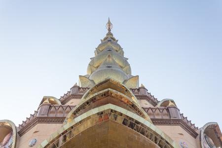 mindfulness: Phetchabun, THAILAND - 4 januari: Phasornkaew Tempel met kleurrijke mozaïek, keramische abstracte muur, plaats voor meditatie die beoefent De Vier Fundamenten van Mindfulness op 4 januari 2015 in Phetchabun, Thailand.