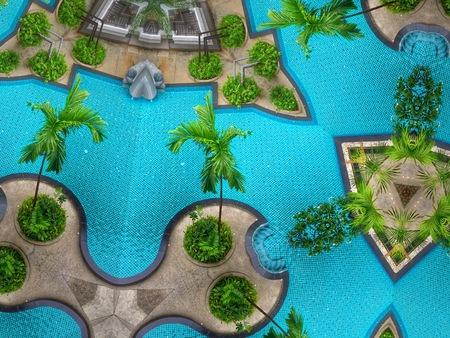 Schwimmbad und Garten von oben