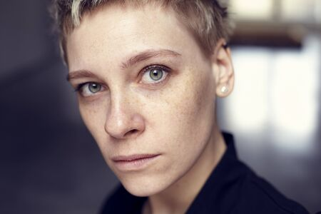Jolie belle tache de rousseur portrait de femme avec une peau saine et les cheveux courts, yeux verts