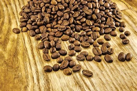 granos de cafe: Granos de café en la tabla de madera de la vendimia. Imagen superior Foto de archivo