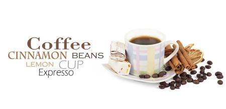 Kopje koffie met ingrediënten op een witte achtergrond