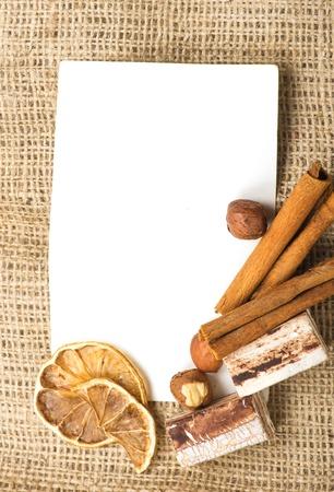 Menü Design.Old kağıt, kahve çekirdeği, tarçın, limon, çuval bezi. Stok Fotoğraf - 15250626