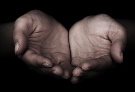dando la mano: Manos de la mujer como si estuviera sosteniendo algo Foto de archivo