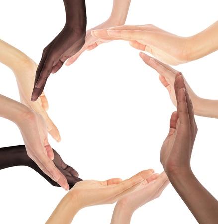 sinergia: Símbolo conceptual de las manos humanas multirraciales haciendo un círculo sobre fondo blanco con copia espacio en el medio Foto de archivo