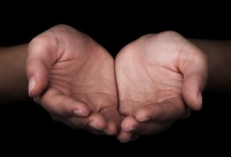mains ouvertes: Mains des hommes comme si vous teniez au point quelque chose sur le bout des doigts