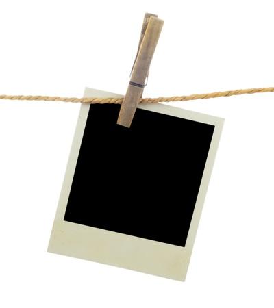 Drie lege instant foto's opknoping op de waslijn. Geà ¯ soleerd op witte achtergrond. Stockfoto