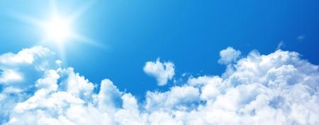 Witte wolken in de blauwe hemel Stockfoto