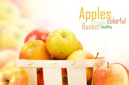 Manzanas frescas y coloridas, foco selectivo photo