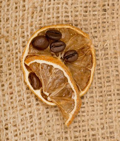 cafe bombon: granos de caf� y limones en la arpillera Foto de archivo
