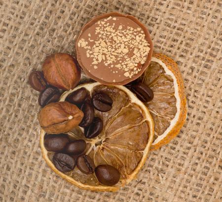 cafe bombon: Dulce, lim�n, nueces y granos de caf� en la arpillera