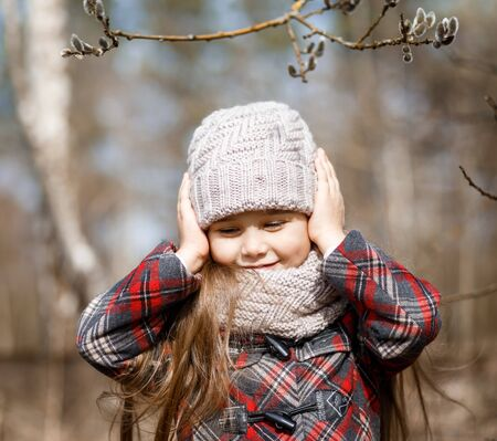 little cute girl in spring forest and pussy-willow twigs Imagens